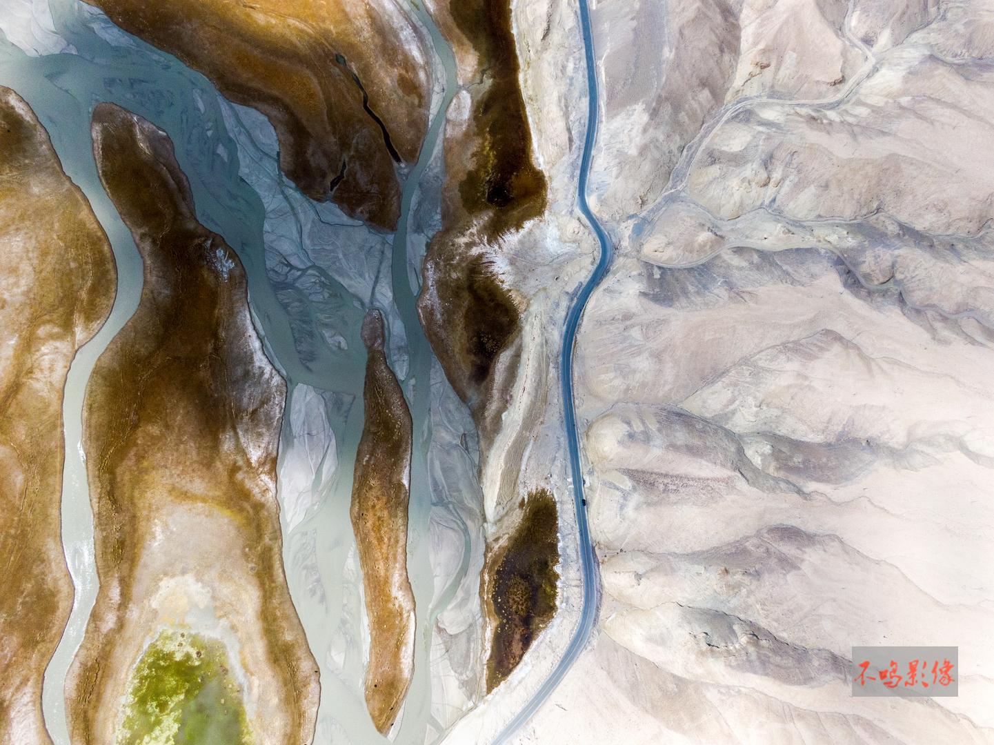 hk_c_31,湿地和山脉间的公路(新疆通往塔吉克斯坦边境的公路).jpeg