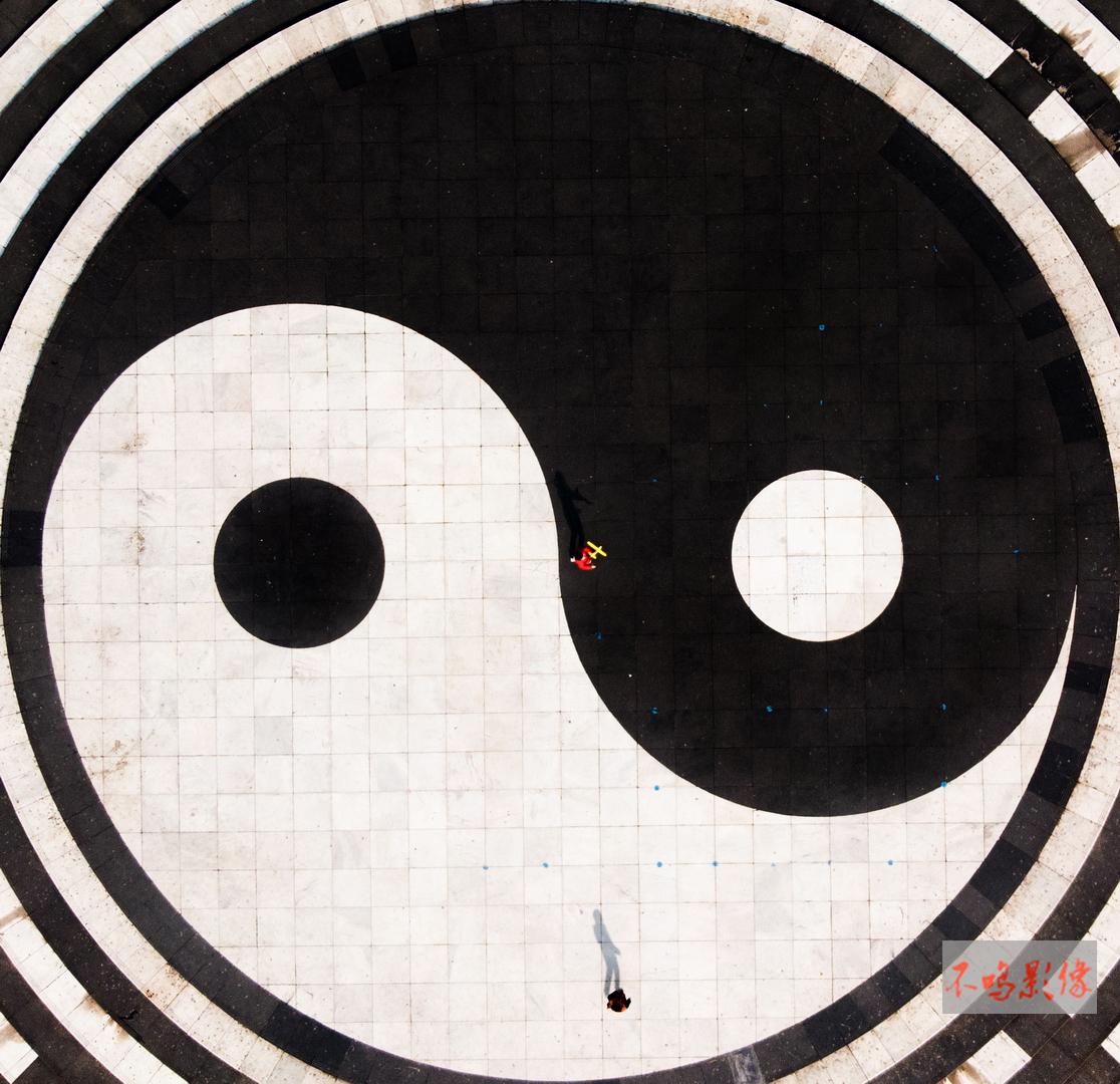 hk_c_68,太极圈内(武当山镇内广场,一红衣女孩手拿黄色飞机模型在玩耍).jpeg