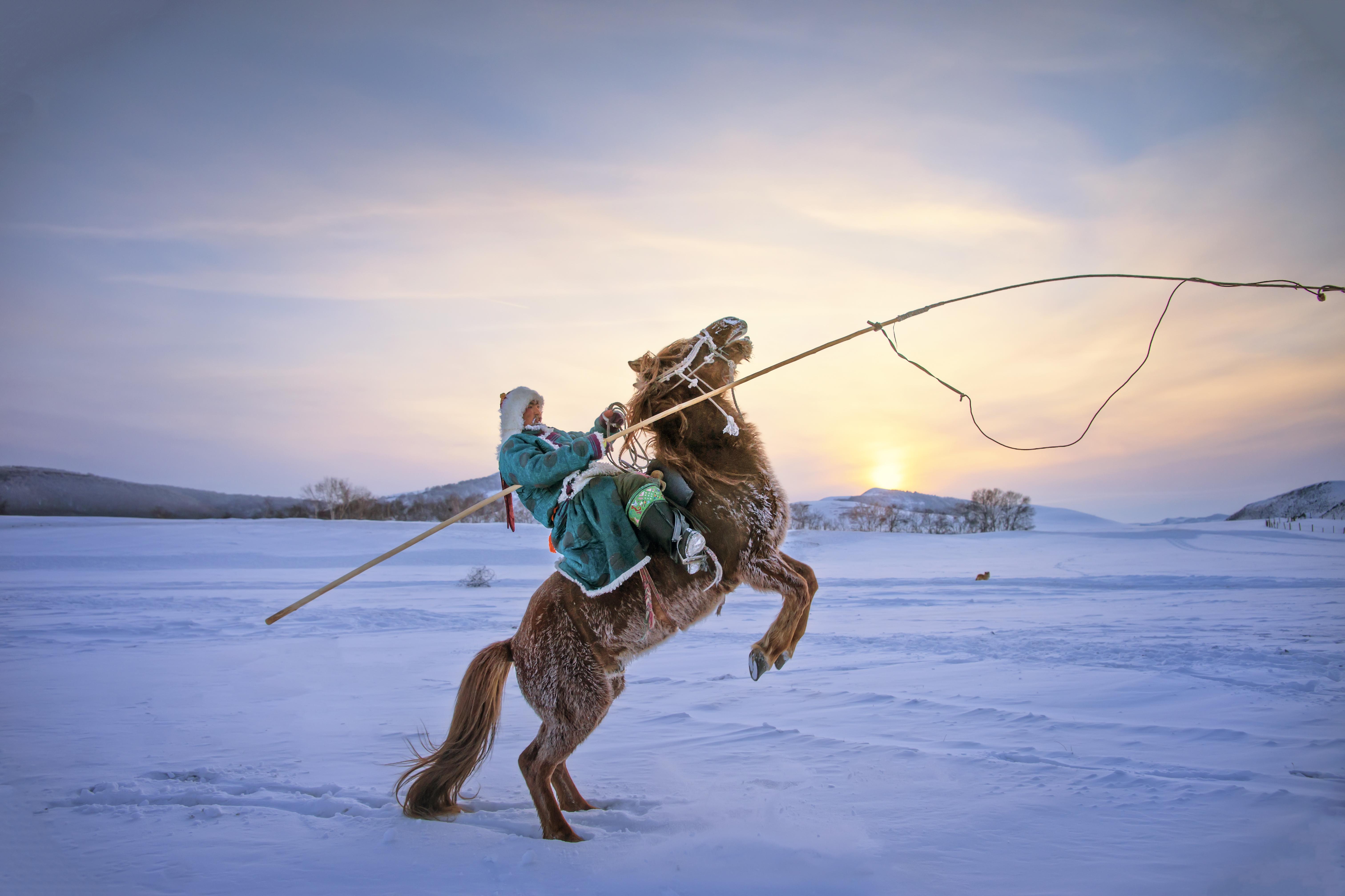 hk_c_年度攝影師趙必然-冬雪牧歌 2020年1月拍攝於內蒙古赤峰烏蘭布統壩上。夕陽西下,暮色蒼茫,牧民們放牧歸來,打馬而起,豪邁無比。.jpg