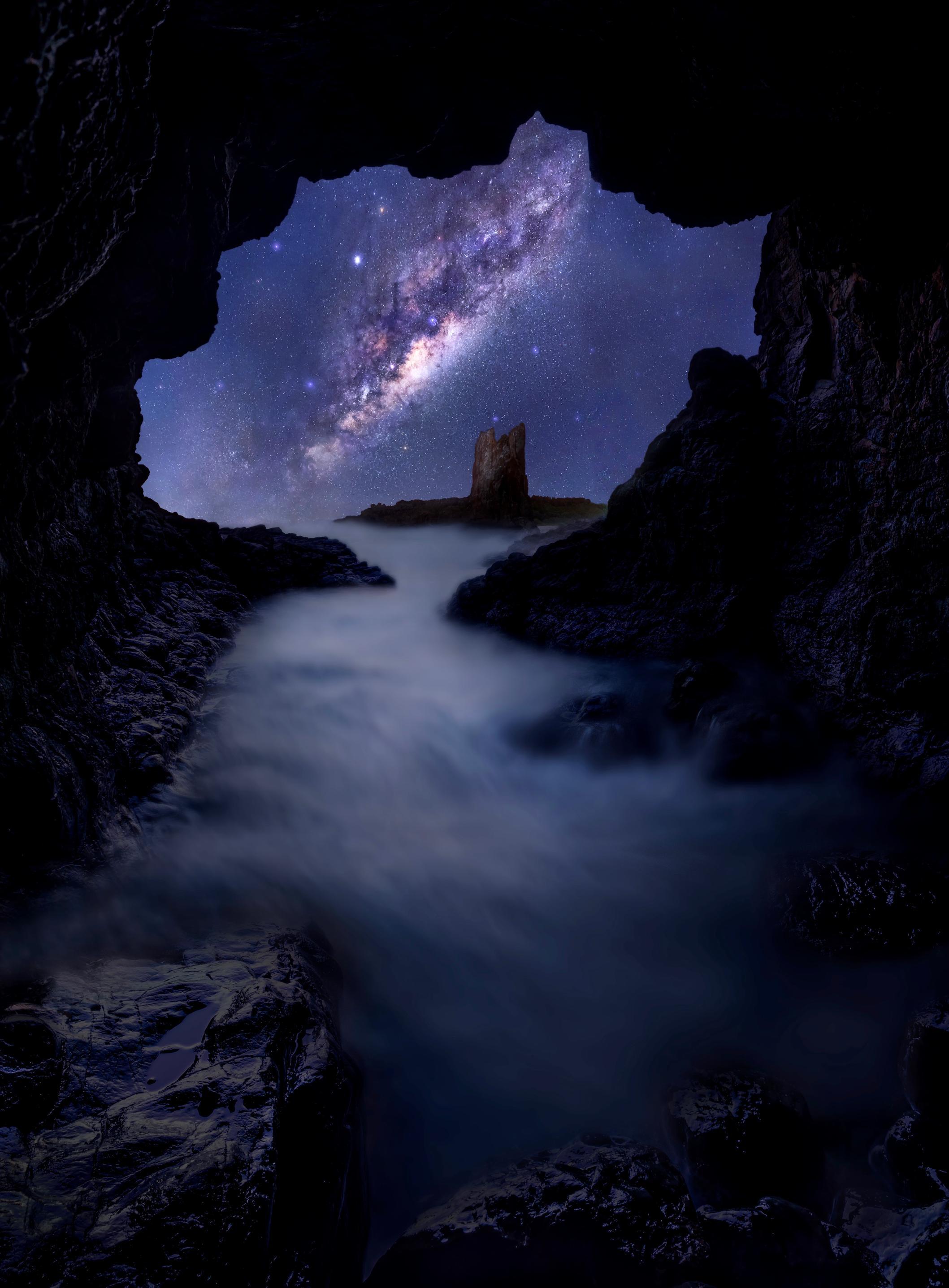 hk_c_3、Grace 荷花 教堂石洞穴的璀璨銀河. 澳洲 紐省南部海岸Cathedral Rocks - Kiama Dawn.在滿天繁星的夜晚,在岩石中踩着海水進入這不到3米長,1.5米寬的岩石洞穴中,守候着銀河娘娘緩緩升起......這些火山岩形成區位於瓊斯海灘南端的凱亞馬以北僅三公里處,是地質引人入勝的海岸線的一部分,自1890年以來一直吸引着觀光者。儘管極度艱難,但許多岩石已被侵蝕.jpeg