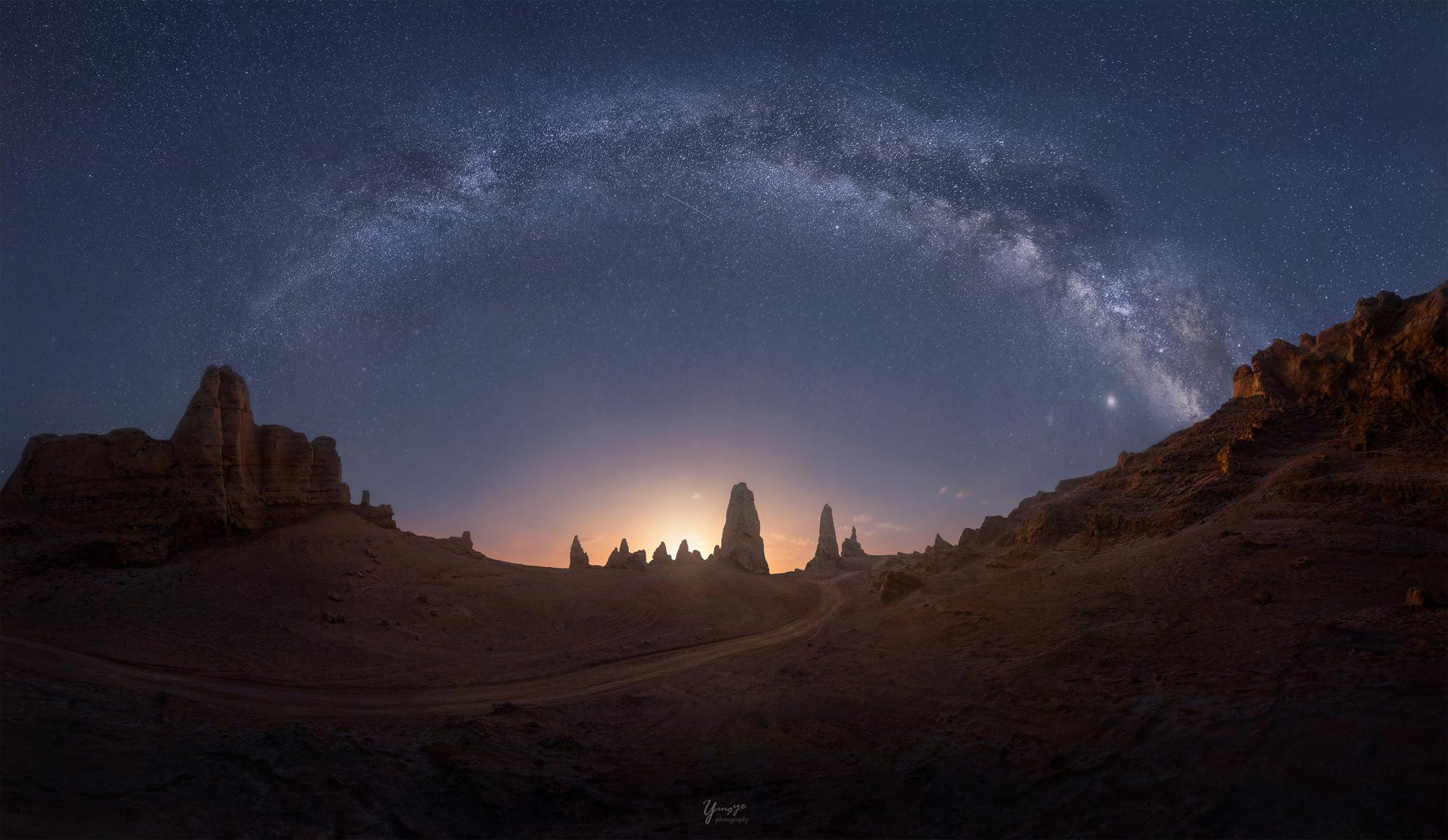 hk_c_8、影葉 2020年8月拍攝於青海俄博梁,4排,每排15張,共60張矩陣接片。將跨度180度,高度80度的全景銀河呈現出來。月升剛剛升起的前10分鐘,是拍攝的絕佳時機,銀河還在,地景也被打亮。.jpg