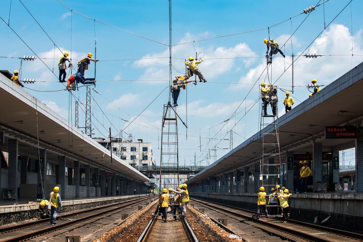 hk_c_5、李尚往來 2020年7月拍攝在衡陽火車站站內進行接觸網檢修作業的鐵路工人.jpg