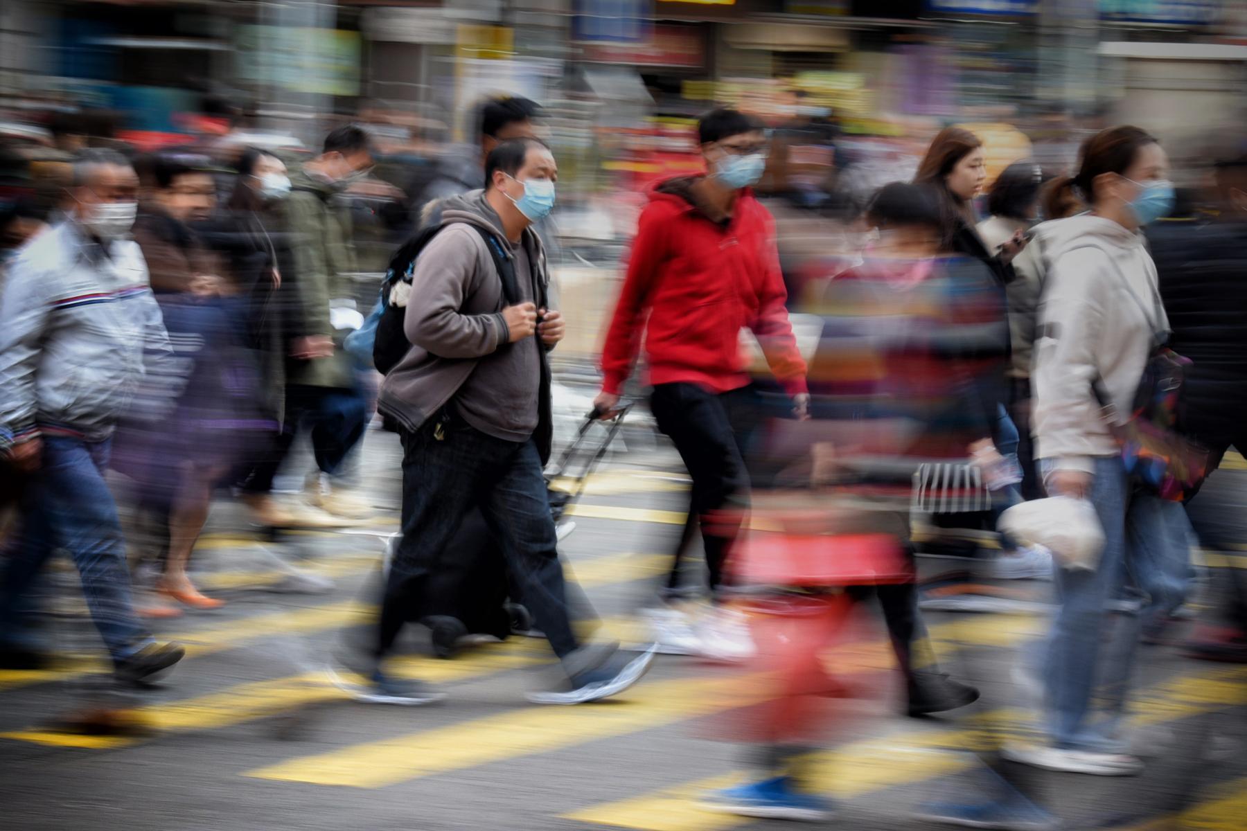 hk_c_9、Dicky  2020-1香港拍攝,疫情初臨,市民未知將來的景況,防疫物資短缺,一罩已難求,但仍要面對日常生活及上班工作,路上行人都是行色匆匆,大時代的景況,但相信總會共同渡過,明天會更好!.jpg