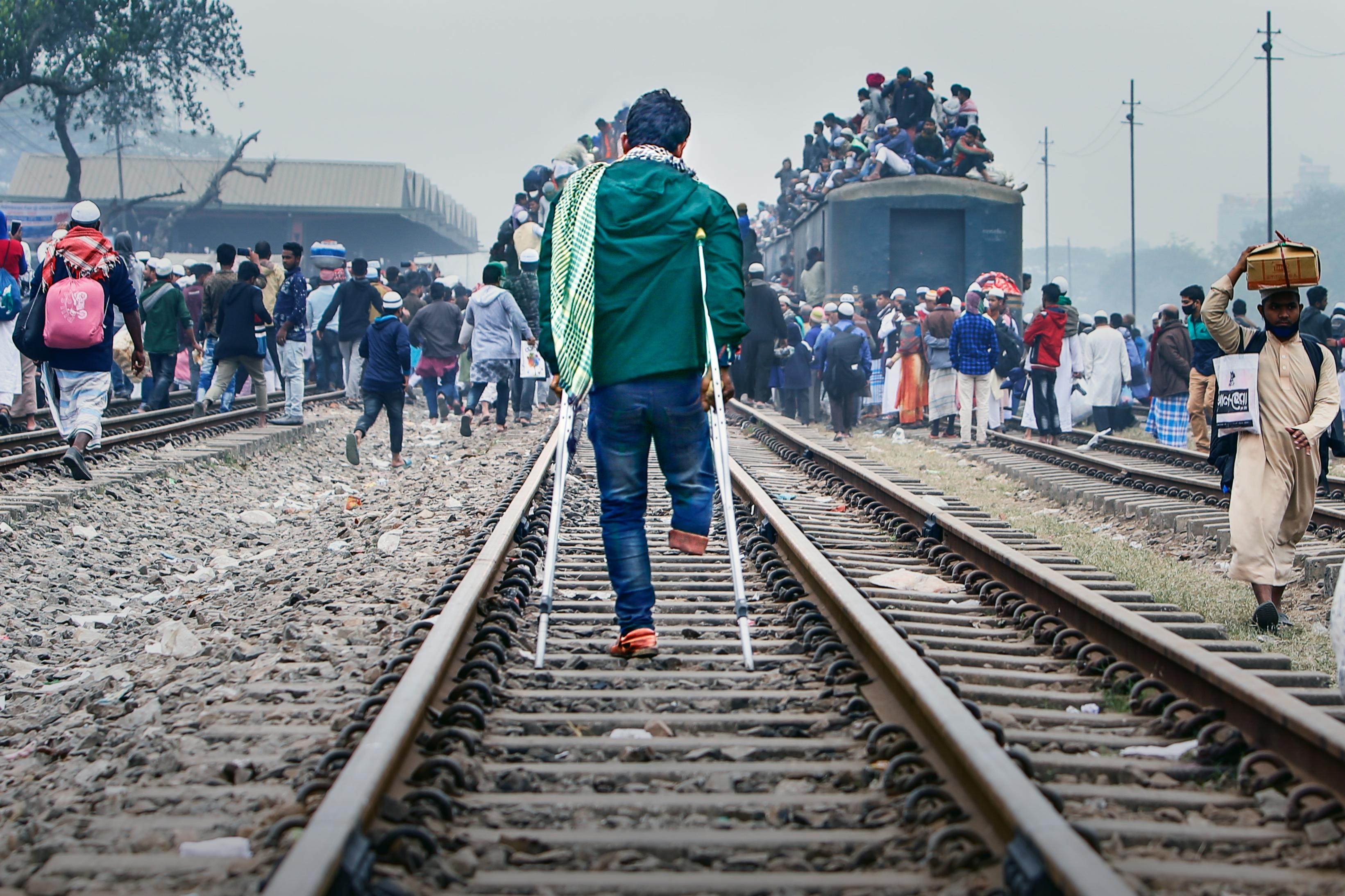 hk_c_11、戴安娜  2020年 孟加拉國 全世界穆斯林宣教大會 結束后,在人群如蟻的車陣人潮中,主人公將如何擠上回家的路呢?.jpg
