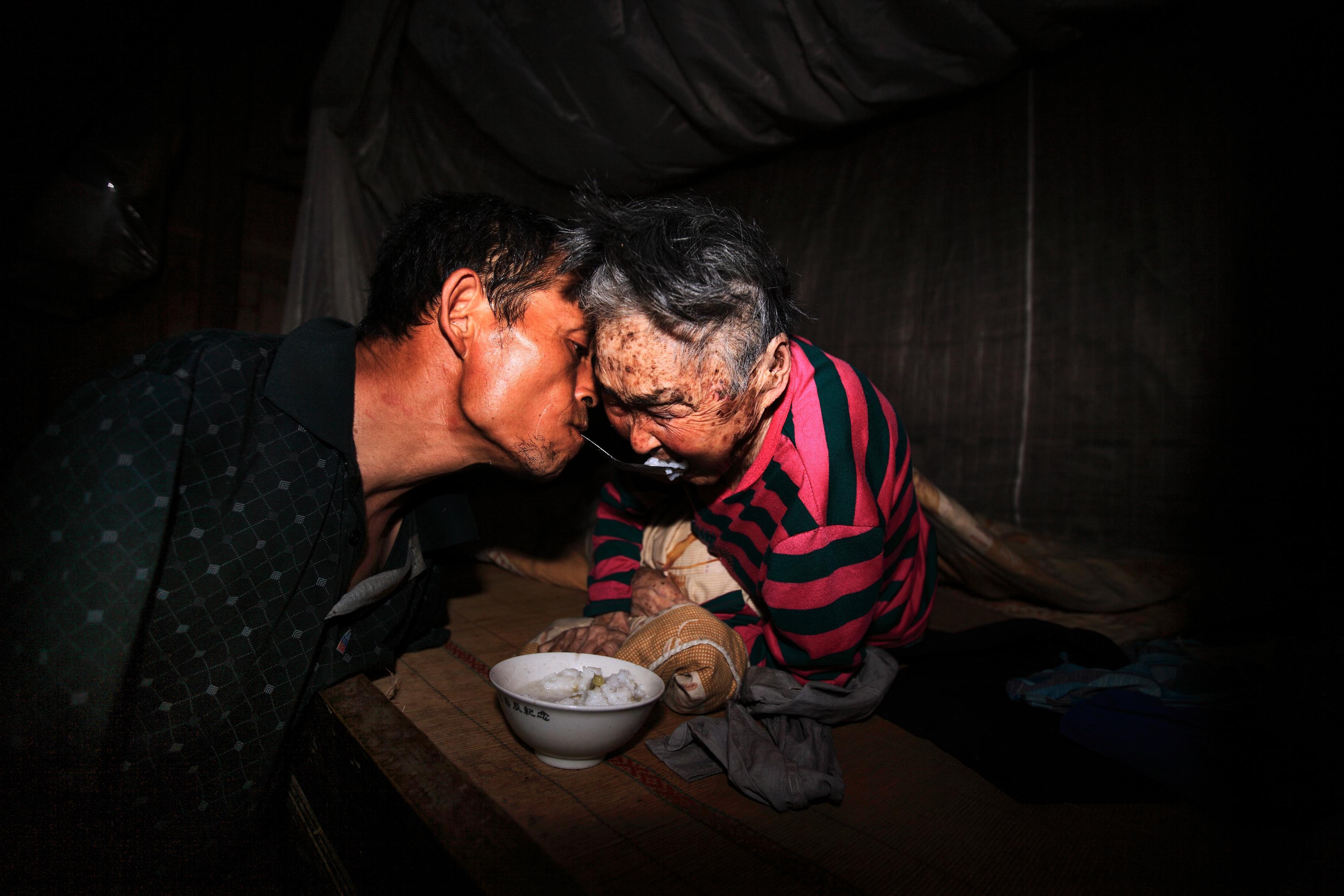hk_c_高志向  無臂男子陳星銀含勺喂母,孝心感功,被評為中國十大好人之一。.jpg