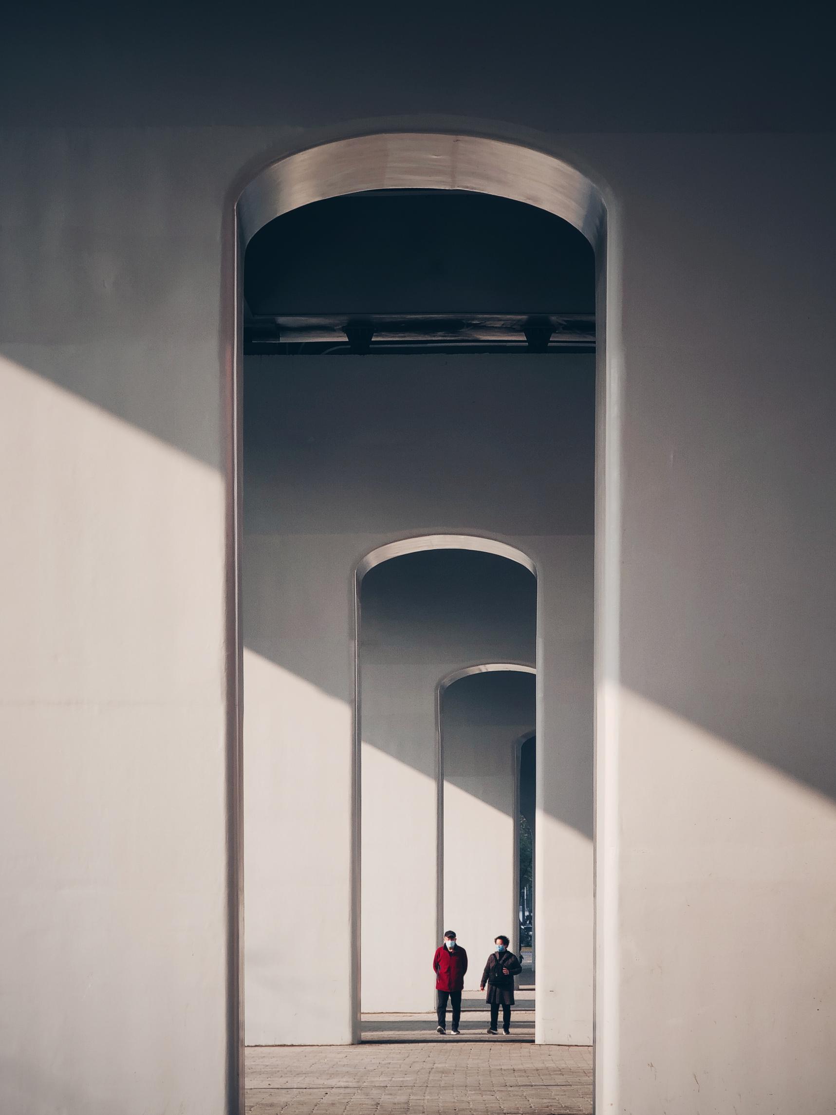 hk_c_一佳one  下午的斜光照進了立交橋下,兩位散步的老人迎面走來,我趕緊使用手機的5倍鏡拍攝了下來.jpg