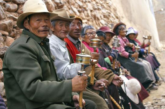 hk_c_在玉樹州結古寺轉經的老人 石寶琇.png