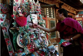 hk_c_塔爾寺內,喇嘛在製作酥油佛像 鄭雲峰.png
