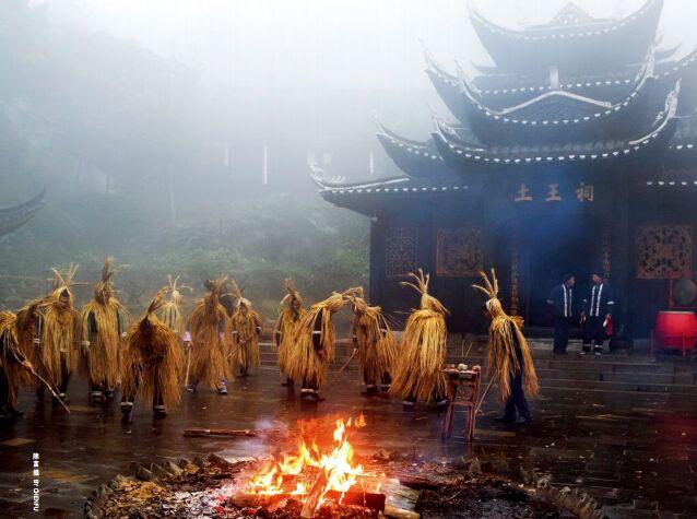 hk_c_土家族山寨的茅古斯表演.jpg