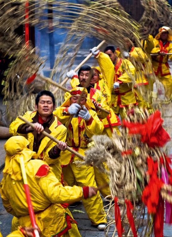 hk_c_被列為非物質文化遺產的「草龍」在洪江被稱為「正龍」。新春佳節,草龍在古商城為百姓納吉 尹忠.png