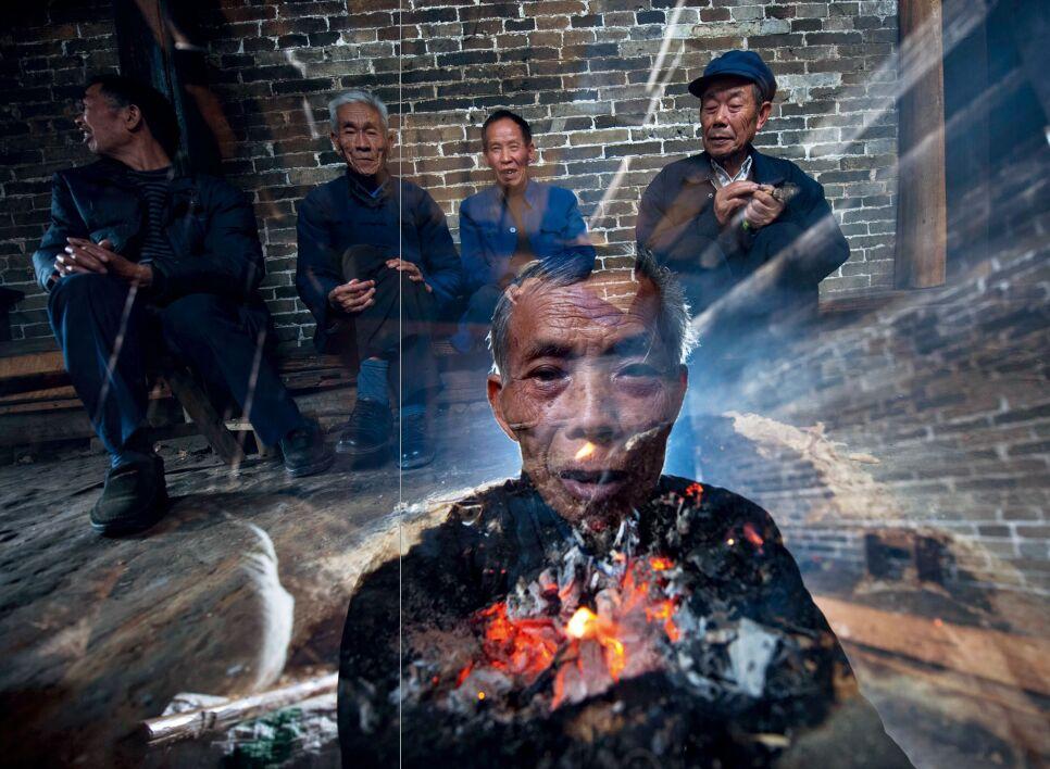 hk_c_圍着火塘取暖是山區老人生活的一部分 於志新.jpg